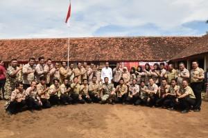 Presiden Jokowi berfoto bersama anggota Taruna Siaga Bencana (Tagana), di Tanjung Lesung, Pandeglang, Banten, Senin (18/2) pagi. (Foto: OJI/Humas)