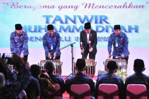 Presiden Jokowi didampingi sejumlah pejabat memukul bedug tanda pembukaan Sidang ke-51 Tanwir Muhammadiyah, di Balai Raya Semarak, Gedung Daerah Provinsi Bengkulu, Jumat (15/2) pagi. (Foto: JAY/Humas)