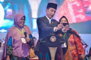 President Jokowi takes selfie with residents when distributing 600 Smallholder Business Credit (KUR) at Miftahul Huda Islamic Boarding School, Manonjaya, Tasikmalaya Regency, West Java, Wednesday (27/2). (Photo: Agung/PR)