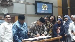 Menag bersama pimpinan Komis VIII DPR menandatangani besaran Biaya Penyelenggaraan Ibadah Haji (BPIH) Tahun 1440H/2019M, di Gedung DPR, Senayan, Jakarta, Senin (4/2). (Humas Kemenag)