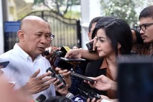 Koordinator Staf Khusus Presiden Teten Masduki menjawab wartawan usai mendampingi Presiden Jokowi, di Istana Merdeka, Jakarta, Sabtu (16/2) siang. (Foto: OJI/Humas)