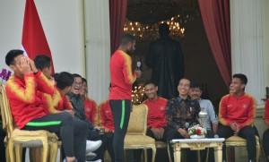 Presiden Jokowi tertawa saat berdialog dengan Marinuw Manewar, dalam pertemuan dengan Timnas U-22, di teras belakang Istana Merdeka, Jakarta, Kamis (28/2) pagi. (Foto: Deny S/Humas)