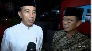 Presiden Jokowi menjawab wartawan saat singgah di sebuah rumah makan di Tuban, Jatim, dalam perjalanan menuju Surabaya, Jumat (1/2) malam. (Foto: Setpres)