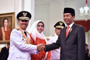President Jokowi congratulates the newly-inaugurated Governor of Riau Province, Syamsuar, at the State Palace, Jakarta, Wednesday (20/2) (Photo: Oji/PR)