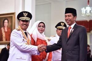 Presiden Jokowi memberikan ucapan selamat kepada Syamsuar yang baru dilantiknya sebagai Gubernur Riau 2019-2024, di Istana Negara, Jakarta, Rabu (20/2) pagi. (Foto: OJI/Humas)