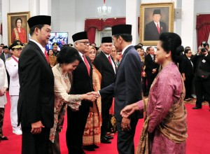President Jokowi congratulates the newly appointed Indonesian ambassadors, at the State Palace, Jakarta, Wednesday (13/2). (Photo by: Jay/Public Relations).