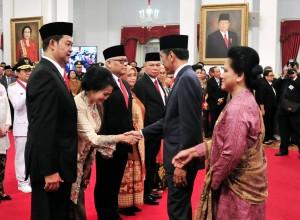 Presiden Jokowi diikuti Ibu Negara Iriana menyampaikan ucapan selamat kepada para Dubes baru RI untuk negara sahabat yang baru dilantiknya, di Istana Negara, Jakarta, Rabu (13/2) sore. (Foto: JAY/Humas)