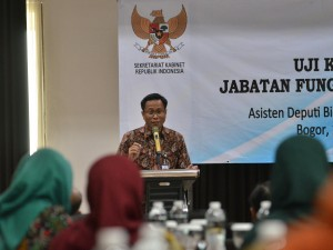 Deputy to Cabinet Secretary for Cabinet Work Support Yuli Harsono delivers his remarks during the opening of Competency Test for Indonesian Government Translators and Interpreters in Bogor, West Java, Monday (18/2). Photo by: Deny S/PR.