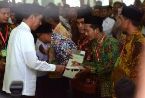 Presiden Jokowi menyerahkan 253 sertifikat wakaf di Masjid Baiturrahman, Kab. Ngawi, Jatim, Jumat (1/2) siang. (Foto: Rahmat/Humas)