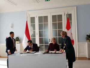 Menkumham menandatangani perjanjian MLA dengan pemerintah Swiss di Bernerhof Bern, Senin (4/2). (Foto: Kemenkumham)