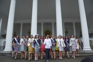 President Jokowi poses for a group photo with Puteri Indonesia 2019 and Miss Universe 2018, in front of Bogor Presidential Palace, West Java, Monday (11/3). (Photo by:Agung/PR)