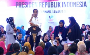 President Jokowi holds a dialogue with PKH recipients, in Pangkal Pinang, Bangka Belitung, Thursday (14/3). (Photo by: Rahmat/PR)
