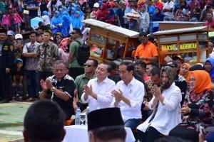 Presiden pada acara Gebyar Bakso Merah Putih di Lapangan Deltamas, Desa Hegarmukti, Cikarang, Kabupaten Bekasi, Minggu (3/3) siang. (Foto: Oji/Humas)