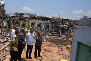 President Jokowi accompanied by a number of high-ranking officials visits the site of Sibolga bomb blast, in North Sumatra, Sunday (17/3). (Photo by: Oji/PR)