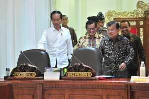 : President Jokowi, accompanied by Vice President, Minister of State Secretary, and Cabinet Secretary,  enters the Presidential office before a Limited Cabinet Meeting on Tuesday (19/3). (Photo by: Jay/PR)