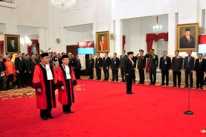 President Jokowi witnesses the swearing-in ceremony of two constitutional judges and inaugurates the Indonesian Ambassador to Nigeria, at the State Palace, Jakarta, Thursday (21/3). (Photo by: Agung/PR)