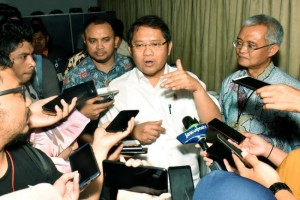 Communication and Informatics Minister Rudiantara responds to reporters' questions on the development of Palapa Ring, at the Ministry's Multipurpose Building, Jakarta, Wednesday (20/3). (Photo by: Ministry of Communication and Informatics' PR)