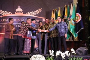 Minister of Home Affairs Tjahjo Kumolo opens the Governor Working Meeting of the Regional Cooperation Forum - Mitra Praja Utama (FKD-MPU), at Trans Luxury Hotel Bandung, West Java, Tuesday (26/3). (Photo by: Ministry of Home Affairs)