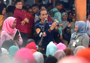 President Jokowi engages in conversation with a recipient of UMi, at Sodoha fish auction site, Kendari, Southeast Sulawesi, Saturday (2/3). (Photo by: Rahmat/ PR)