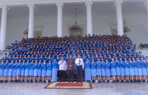 President Jokowi poses for a group photo with students of Batch 2019 of Taruna Nusantara Senior High School, in front of the Bogor Presidential Palace, West Java, Monday (4/3). (Photo by: Agung/ PR)