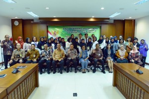 Deputy Cabinet Secretary Ratih Nurdiati accompanied by Deputy for Cabinet Work Support Yuli Harsono poses for a group photo with participants of First Level Functional Translator Education and Training Class VIII of 2019, at Building III, Ministry of State Secretariat, Jakarta, Tuesday (5/3). (Photo by: Rahmat/ PR)