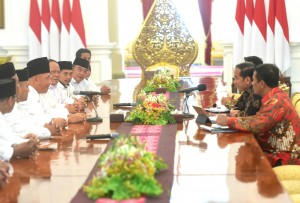 President Jokowi accompanied by Minister of Agriculture and Presidential Chief of Staff receives committee of DPP APTRI, at Merdeka Palace, Jakarta, Tuesday (5/3). (Photo: Rahmat/PR)