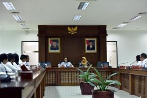 Waseskab Ratih Nurdiati didampingi Kepala Biro SDM dan Ortala Ratih Maangsari memberikan arahan di hadapan 34 CPNS Setkab 2019, di Gedung III Kemensetneg, Jakarta, Senin (4/2) pagi. (Foto: JAY/Humas)