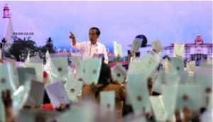 Presiden Jokowi menghitung sertifikat yang diterima warga saat penyerahan 2.500 sertifikat hak atas tanah, di GOR Sihabudin, Pangkal Pinang, Babel, Kamis (14/3) siang. (Foto: Rahmat/Humas)