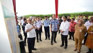 Menhub Budi K. Sumadi mendengar laporan saat meninjau pembangunan Bandara Jenderal Besar Soedirman di Kabupaten Purbalingga, Jateng, Selasa (12/3) siang. (Foto: Humas Kemenhub)