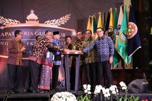 Mendagri Tjahjo Kumolo membuka Raker Gubernur Forum Kerjasama Daerah- Mitra Praja Utama (FKD-MPU), di Trans Luxury Hotel Bandung, Jawa Barat, Selasa (26/3). (Puspen Kemendagri)