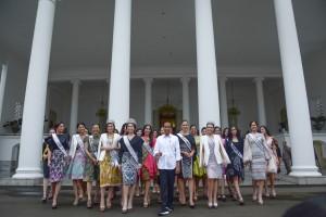 Presiden Jokowi berfoto bersama Putri Indonesia 2019 dan Miss Univer 2018 bersama para finalis Putri Indonesia, di halaman Istana Kepresidenan Bogor, Jabar, Senin (11/3) siang. (Foto: AGUNG/Humas)