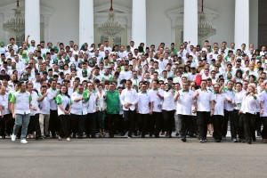 President Jokowi in a group photo with participants of the HKTI National Coordination Meeting and National Discussion, at the State Palace, Jakarta, Tuesday (19/3). (Photo by: Jay/PR)