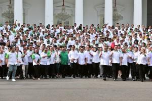 Presiden Jokowi berfoto bersama peserta Rakornas dan Diskusi Nasional HKTI, di halaman Istana Negara, Jakarta, Selasa (19/3) sore. (Foto: JAY/Humas)