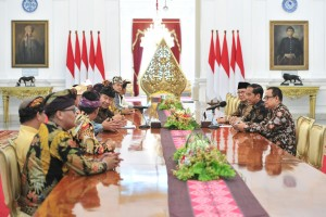 President Jokowi accompanied by Minister of Religious Affairs and Presidential Special Staff receives Committee of PHDI, at Merdeka Palace, Jakarta, Tuesday (5/3). (Photo: JAY/PR)