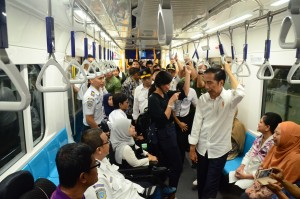 Presiden Jokowi berbincang dengan penyandang disabilitas saat mencoba MRT Jakarta, Kamis (21/3) petang. (Foto: JAY/Humas)