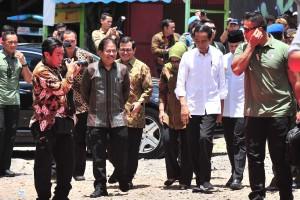 Presiden Jokowi didampingi Seskab dan Menteri ATR/Kepala BPN tidak di lokasi penyerahan 5.000 sertifikat, di Lapangan Parkir Bogor Nirwana Residence, Kota Bogor, Jawa Barat, Kamis (21/3) siang. (Foto: JAY/Humas)