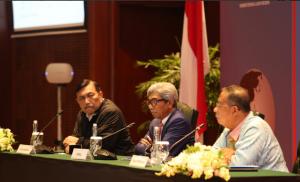 Menko Perekonomian Darmin Nasution didampingi Menko Kemaritimn Luhut B. Pandjaitan dan Wakil Menlu A. Fachir menyampaikan briefing soal kelapa sawit, di Kemlu, Jakarta, Rabu (20/3). (Foto: Dit Infomed Kemlu)