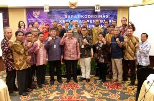 Deputi Seskab bidang PMK Surat Indrijarso berfoto bersama peserta Rakor Kebijakan Penurunan Risiko Bencana, di Hotel Golden Tulip Essential, Tangerang, Banten, Kamis (28/3) malam. (Foto: Rahmat/Humas)