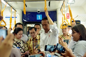 President Jokowi and several Cabinet Ministers enjoy a trial run of Jakarta Mass Rapid Transit (MRT) from Hotel Indonesia Station to Lebak Bulus Station in Jakarta, Tuesday (19/3). Photo by: Agung/PR.