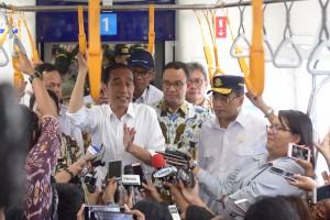 Presiden Jokowi menjawab wartawan saat mencoba MRT dari Stasiun Bundaran HI ke Stasiun Lebak Bulus, Jakarta, Selasa (19/3) siang. (Foto: Deny S/Humas)