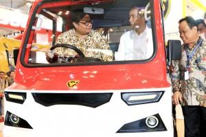 Menperin Airlangga Hartarto dalam satu kesempatan mendampingi Presiden Jokowi mencoba AMMDes, beberapa waktu lalu. (Foto: Dok. Kemenperin)