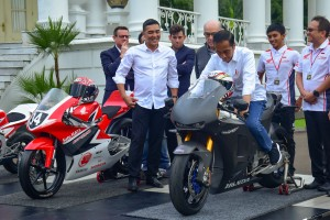 President Jokowi witnessed by a number of riders tries to ride a racing bike at the Bogor Presidential Palace, West Java, Monday (11/3). (Photo by: Agung /PR)