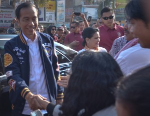 Presiden Jokowi didampingi Ibu Negara Iriana mengunjungi Pasar Pagi Balige, Kab. Toba Samosir, Sumut, Jumat (15/3) pagi. (Foto: AGUNG/Humas)