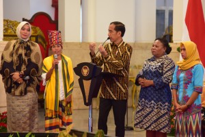 Presiden Jokowi berdialog dengan para perempuan pelopor dalam pertemuan dengan Perempuan Arus Bawah, di Istana Negara, Jakarta, Rabu (6/3) pagi.. (Foto: Deny S/Humas)