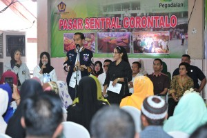 President Jokowi is engaged in a dialogue with the recipients of Ultra Micro financing (UMi) in Gorontalo, Friday (1/3). Photo by: Jay/PR