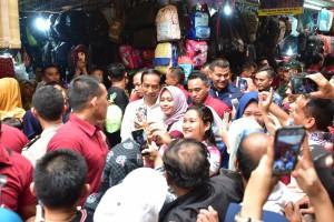 Kunjungan mendadak Presiden Jokowi dan Ibu Negara Iriana ke Plaza Bandar Jaya, Kab. Lampung Tengah. Jumat (8/3), disambut antusias masyarakat yang langsung berebut foto dengan Presiden. (Foto: Deny S/Humas)