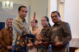 President Jokowi hands over the National Corruption Prevention Strategy document to Attorney General Prasetyo, at the Merdeka Palace, Jakarta, Wednesday (3/13). (Photo by: Oji/PR)