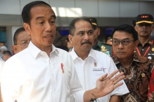 Presiden Jokowi menjawab wartawan usai peresmian terminal baru Bandara Depati Amir, Pangkal Pinang, Provinsi Babel, Kamis (14/3) pagi. (Foto: Rahmat/Humas)