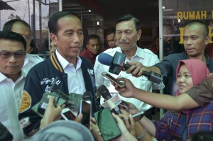 President Jokowi accompanied by Coordinating Minister for Maritime Affairs and Presidential Chief of Staff answers reporters' questions after lunch at Bukit Tinggi Restaurant, Humbang Hasundutan, North Sumatera, Friday (15/3). (Photo: Agung/PR)