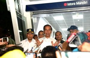 Presiden Jokowi didampingi Menhub dan Gubernur DKI menjawab wartawan setelah mencoba kembali MRT Jakarta, Kamis (21/3) petang. (Foto: Rahmat/Humas)